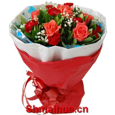 真挚问候-6枝粉玫瑰+11枝红色康乃馨+满天星绿叶点缀,内用白色皱纹纸,外用红色皱纹纸外包装,红色丝带束扎。